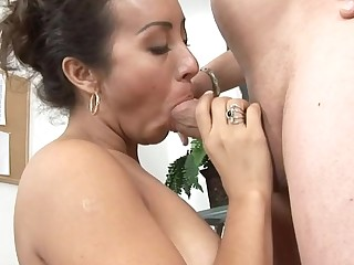 Penis-starved older opens mouth wide to engulf and gives a ride